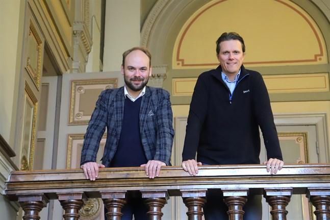 """Dirigenten Ville Matvejeff, till vänster, och tenoren Topi Lehtipuu är gästande artister på Vasa stadsorkesters konsert """"Barockarior""""."""