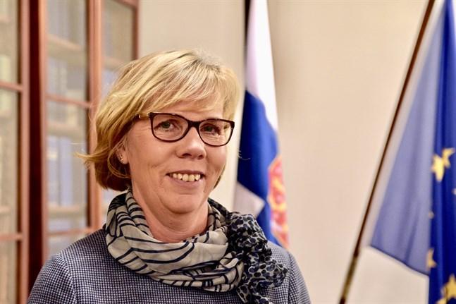 Justitieminister Anna-Maja Henriksson (SFP) vill se hårdare tag mot riktade trakasserier, en idé vore att de skulle falla under allmänt åtal.