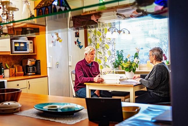 Bengt Ahlvik får hjälp med en del pappersarbete av assistenten Gundel Löf.