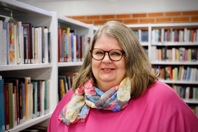 Carola Bäckström fick Kulturfondens Svenska dagen-pris i Österbotten förra året. Nu får hon Förtjänstkorset av Finland Lejons orden.