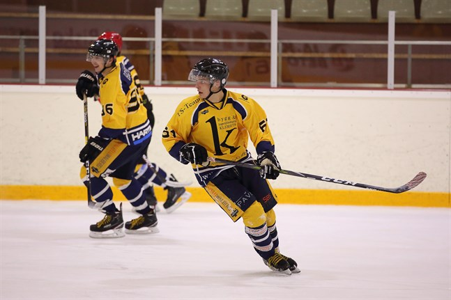 Benjamin Ahlvik (nummer 61) tillhör kategorin dolda hockeytalanger i Jakobstadstrakten. I måndagens match i MHL gjorde han tre mål och passade till ett när lag Klemets sänkte MB-Mobile med 5–2.