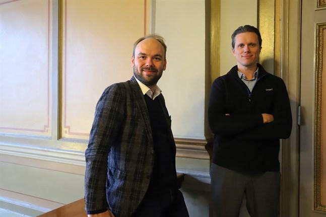 Dirigenten Ville Matvejeff, till vänster, och solisten, tenoren Topi Lehtipuu samarbetade för första gången med Vasa stadsorkester.