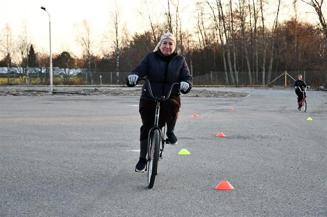 Luiza och Zaida från Tjetjenien deltog i projektet Invandrare på cykel i Kristinestad.
