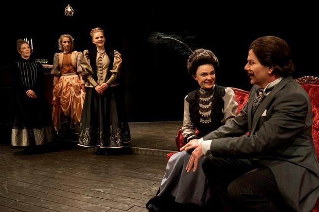 Klassikern om den unga värdinnan på Niskavuori spelas just nu på Karleby stadsteater.