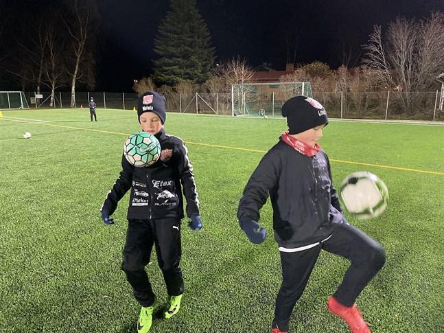 Det har blivit en hel del träning i jonglering för Melwin Teirfolk och Linus Timmerbacka.