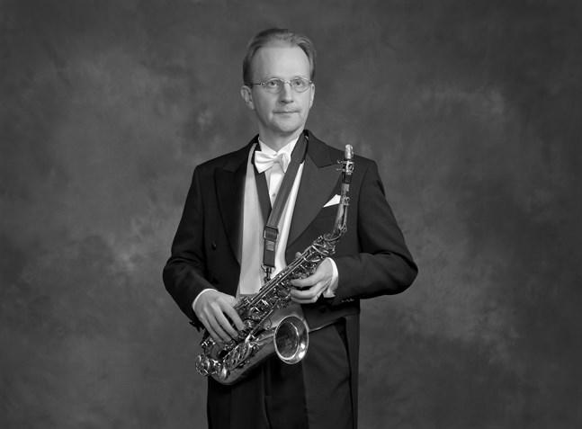 Saxofonisten Olli-Pekka Tuomisalo är solist och spelar det verk som han överraskande återfann för tre år sedan.