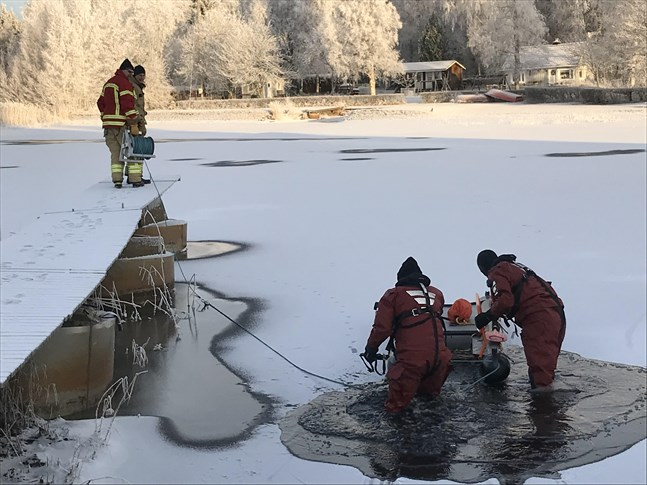 Räddningsverket försöker ta sig ut på det halvfrusna vattnet.
