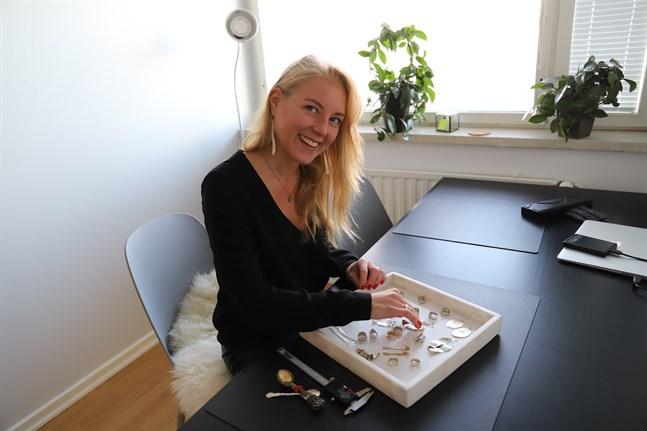 I hemmakontoret gör Emma Simons ofta sina smycken.
