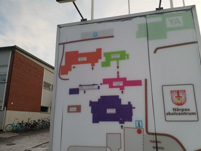 Det blir snart en ny översiktskarta över Närpes skolcentrum. Högstadiets byggnad ska rivas och en ny högstadieskola ska byggas på stället där de gamla lärarbostäderna finns. Och den ska byggas i trä.