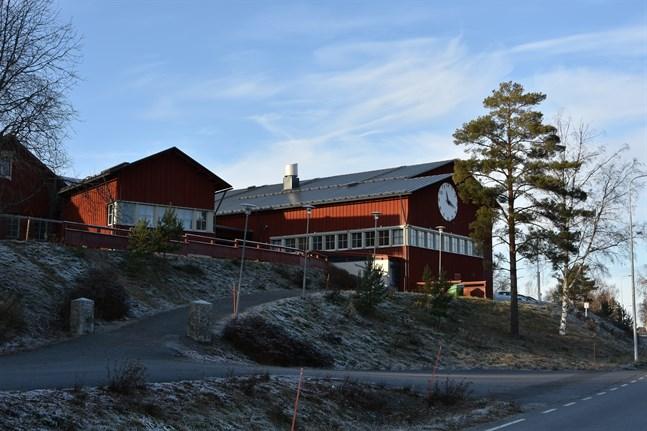 Nu är det till största delen timlärare utan egen klass som sköter om undervisningen för de elever som kommer till skolan, berättar bildningsdirektören Åsa Snickars.
