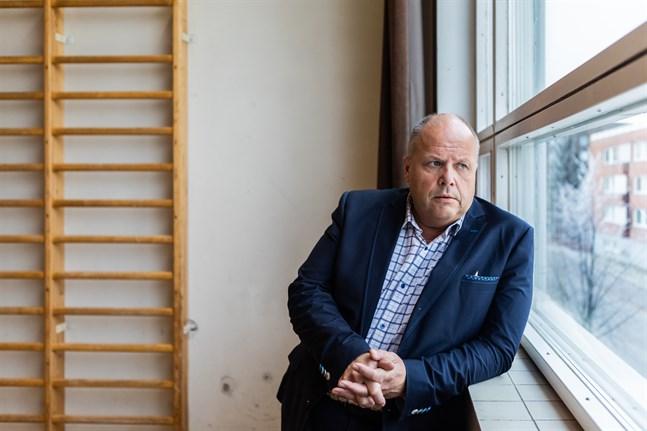 Kaj Holmbäck, rektor på Donnerska skolan, uppmanar eleverna att hålla kontakt med varandra också nu då skolan stängt sina dörrar.