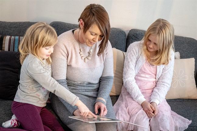 Madeleine, Kirsi och Marielle Asplin läser gärna högt tillsammans. – Det är roligt när mamma läser, säger Marielle.