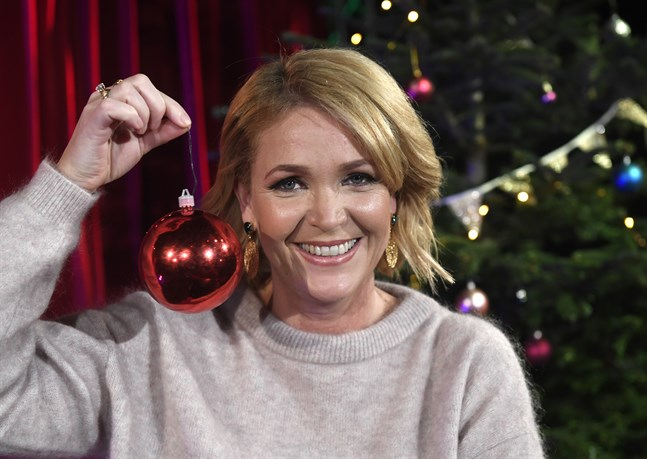 Vem blir ny julvärd i SVT efter Kattis Ahlström? Det får vi veta på tisdag.
