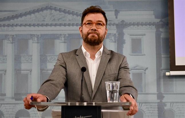 EK anser att ledarskapet fattas i frågan om att åtgärda kompetensgapet på arbetsmarknaden. Enligt EK borde arbetsminister Timo Harakka (SDP) få helhetsansvaret för att effektivera arbetskraftsinvandringen.