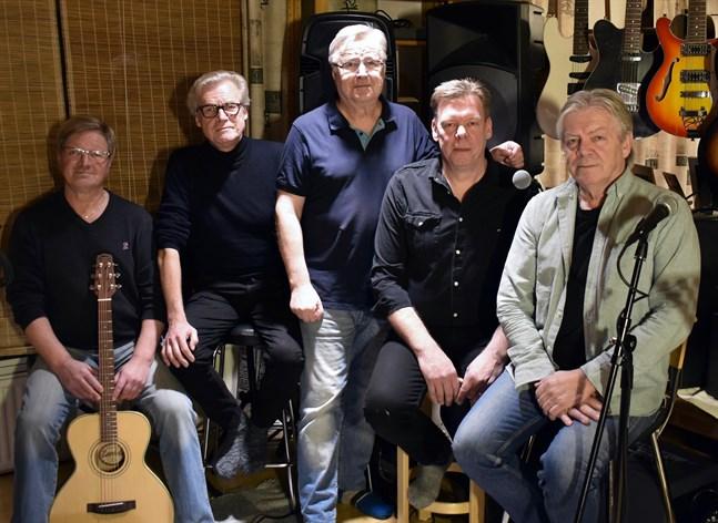 """I den här uppsättningen ger Group 66 en minneskonsert för sin tidigare basist, Kjell """"Tjola/Zola"""" Strömsholm. Från vänster i bild Tumba Lindström (trummor), Pocus Sunqvist (gitarr, sång), Erkki Noromies (keyboard, sång), Franz Nyman (bas, sång) och Håkan Haglund (gitarr, sång, munspel)."""
