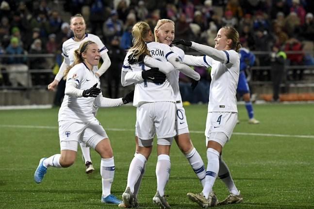 1–0-jubel i Helsingfors. Ria Öling (till höger) och Linda Sällström ställde till med oreda i Cyperns straffområde direkt från början.