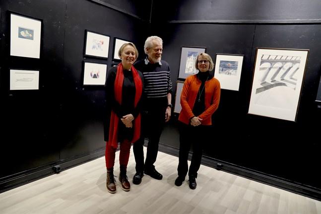 Ann-Britt Aspholm, Dan Holm och Gunilla Lång-Kivilinna har i sina konstverk gått bakåt, både till sig själva på 1980-talet och i vissa fall miljontals år tillbaka, för att förstå sig själva och sin omgivning i dag.
