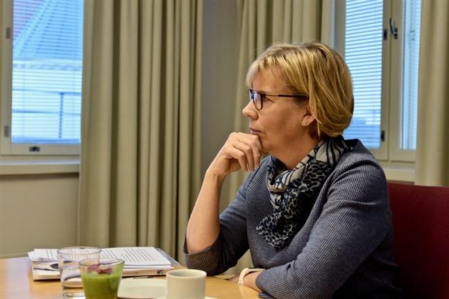 Justitieminister Anna-Maja Henriksson (SFP) har en statssekreterare och fyra specialmedarbetare då föregående justitieminister Antti Häkkänen (Saml) måste klara sig på en femtedels statssekreterare och två specialmedarbetare.
