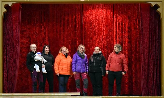Maria Österberg med sonen Lucas, Nathalie Nylund, Anna-Lena Ingves, Therese Norrgård, Eva Österberg och Victoria Vikstrand vill och hoppas att ungdomsföreningen ska liva upp byn.
