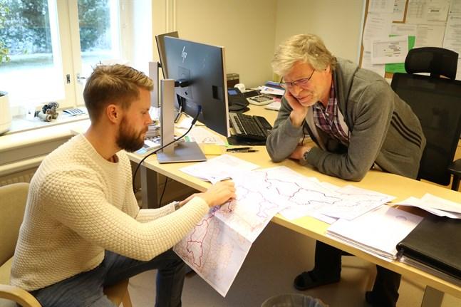 Projektledare Johnnie Wisén och tekniska chefen Bjarne Häggman visar var nydragningarna görs. Det är inte fråga om några långa nya sträckor.