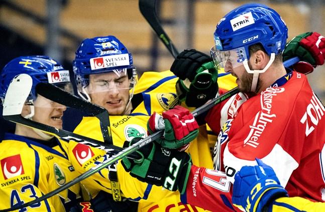 Sveriges Tom Nilsson och Johan Sundström i kamp med Tjeckiens Radim Zohorna.
