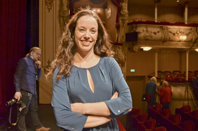 Josefin Silén från Esbo spelar Mary Poppins på Svenska Teater.