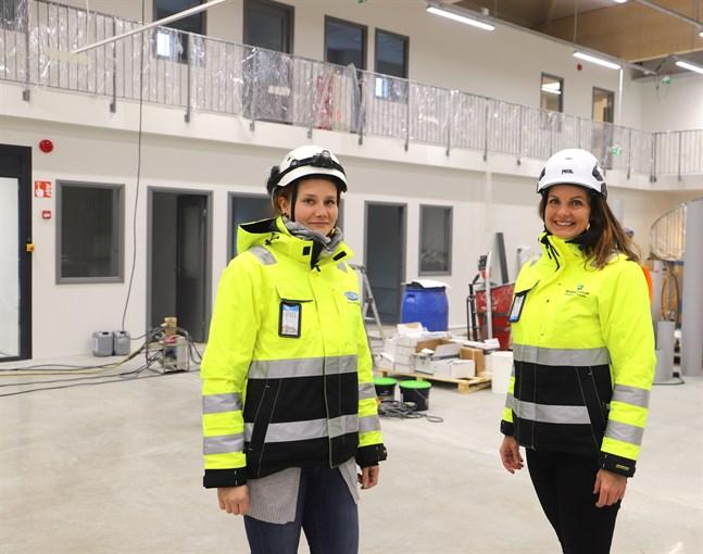 Elina Pollari, byggarbetsplatsingenjör, och projektchef Riikka Murto-Koivisto säger att den nya fastigheten i Stenhaga är mångsidig.
