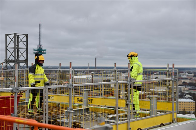 Permitteringarna ökar inom industrin. Också inom byggbranschen har ökningen av sysselsättningen stannat.