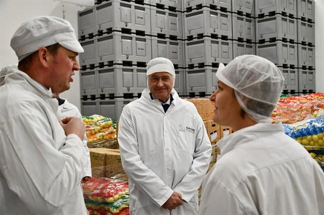 Sami Öström från Öströmin Perunatuote berättar om företaget och näringen för Sveriges ambassadör i Finland, Anders Ahnlid och stadsdirektör Mila Segervall.