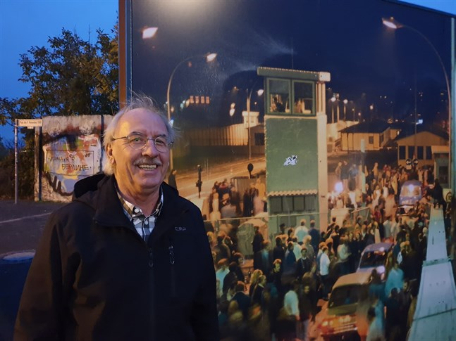 Vi grät som små barn då vi hörde hörde om Berlinmurens fall, berättar Wolfgang Weßlein som besöker Bornholmer Straße där det en gång fanns en gränskontroll mellan väst och öst.