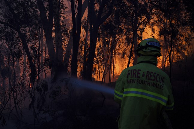 Brandmän försöker skydda egendom vid Woodford.
