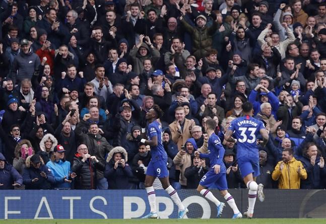 Chelseas Tammy Abraham, till vänster, firar med lagkamraterna efter sitt 1–0-mål mot Crystal Palace.