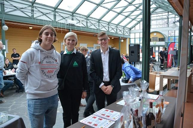 Mathias Thijssen, till vänster, och Richard Lövholm presenterar sitt uppdrag för utvecklingschef Inger Aaltonen.