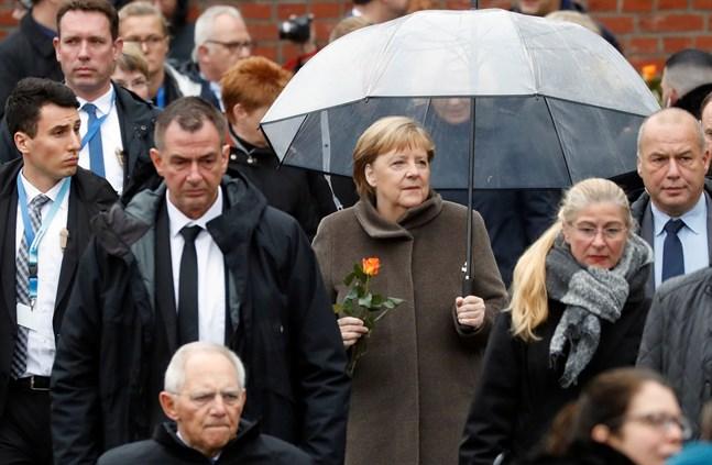 Tysklands förbundskansler Angela Merkel anländer till det formella inledandet av firandet av murens fall i Berlin för 30 år sedan.
