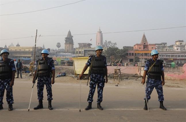 Säkerhetsstyrkor vaktar det omstridda heliga området i Ayodhya.