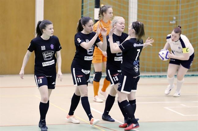 Pipsa Lahtinen (i mitten) gjorde ett av målen mot FTK-Tornio.