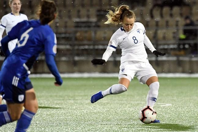 Olga Ahtinen spelade 29 minuter då Finland mötte Cypern i Helsingfors den 7 november. Hon har sammanlagt spelat 30 landskamper.