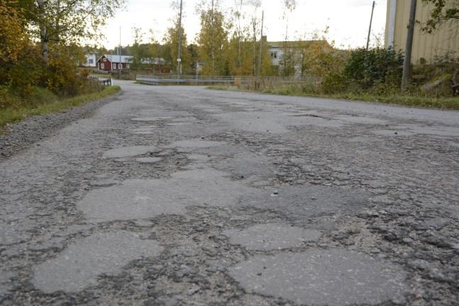 Dåliga vägar, beläggningsskador och lappad asfalt är följder av för små underhållsanslag. Så här ser Nämpnäsvägen ut.