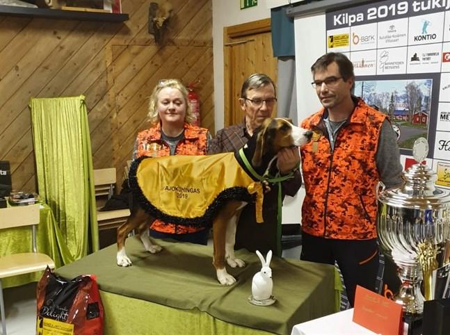 Krister Sundholm (mitten) med sin hund Lillsand Bertta. På bilden också Katri Toivola, Kilpa 2019-tävlingskommitténs ordförande och Miika Elgland, Kilpa 2019-överdomare.