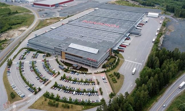 Affärskedjan Tokmannis administrations- och logistikcentral i Mäntsälä har rustats med 3000 solpaneler som står för cirka 14 procent av byggnadens årliga elbehov.