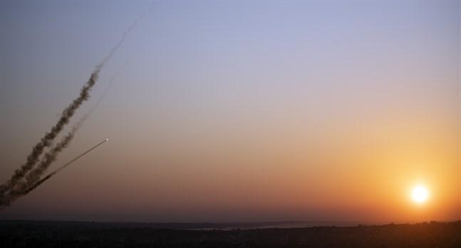 Raketer på väg från Gaza mot Israel. Avlossningarna sker som försök till hämnd efter Baha Abu al-Atas död.