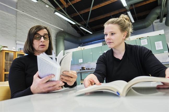 Gästkonstnären Lena Séraphin och konstpedagogen Johanna Halme funderar på kommande workshoppar med lärarstuderande.