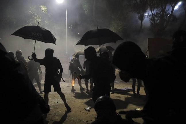 Demonstranter förbereder bensinbomber i samband med tisdagens protester.