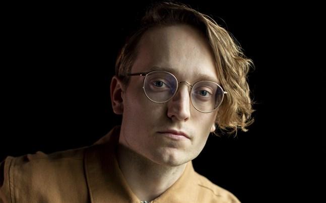 Axel Åhman är både artist och journalist. Snart kan han också titulera sig författare.