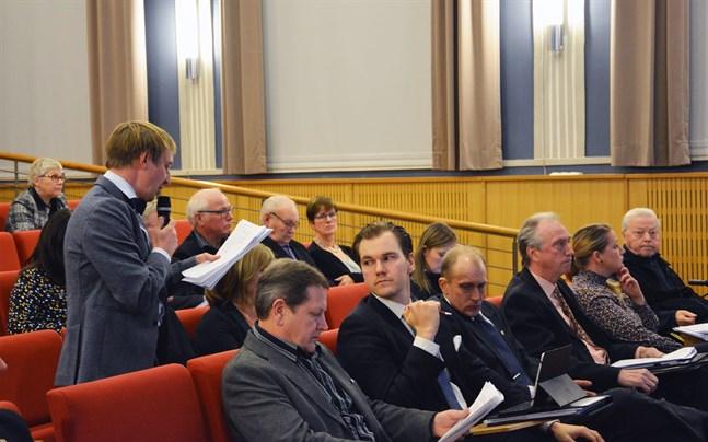Peter Grannas var en av dem som inte fick svar på sina frågor. Längst fram från vänster Kaj Kärr, Tommy Englund, Henrik Antfolk, Pekka Eränen, Jessica Bårdsnes och Hans Ingvesgård.