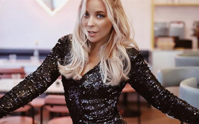 Krista Siegfrids är entusiastisk över sin klädkollektion hon gjort i samarbete med en estnisk webbshop.