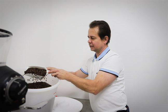 Att rosta kaffebönor tar cirka femton minuter. Sedan låter Janne Mäki dem vila i någon dag innan han maler ner dem – på det sättet bibehålls alla aromer från rostningen.