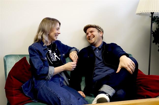 Anna Nygård-Juslin och Akseli Juslin får energi av att dansa lindyhop och kan inte låta bli att dansa hemma i köket ibland.