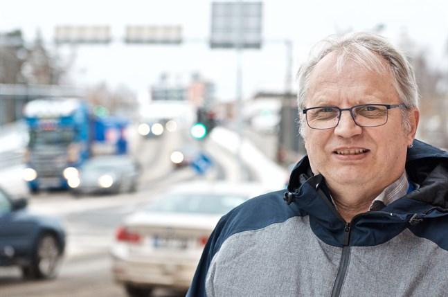 Trafikplaneringschef Pertti Hällilä förser Vasas ledning med uppgifter om trafiken under coronaperioden.