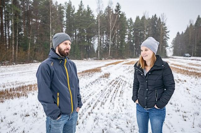 Samuel och Linda Snellman på tomten där de planerar att bygga  hus. Men allt har gått snabbt – kommunens tomtlotteri avslutades den 31 oktober.